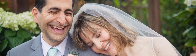 Bryllup 2021 og korona. Bilder av par i bryllupsklær.